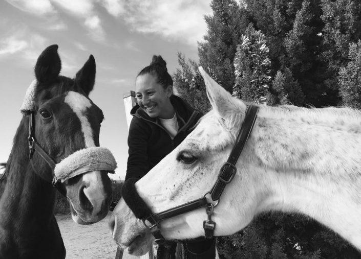 Foto de Natalia Méndez con sus dos caballos
